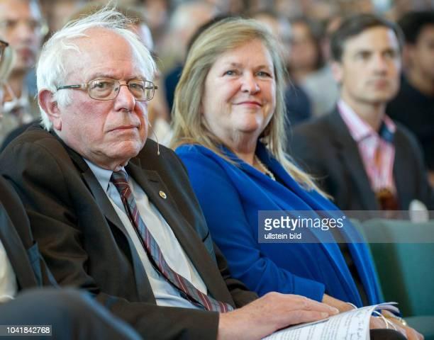 Berlin Bernie Sanders der ehemalige Kandidat bei der Vorwahl der Demokraten zur amerikanischen Wahl 2016 stellt in Berlin sein Buch Unsere Revolution...