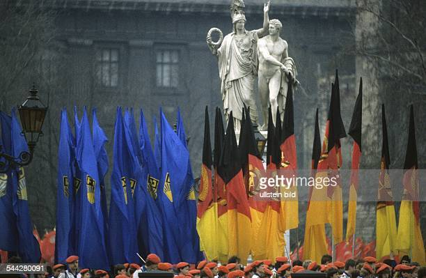 DDR Berlin 40JahrFeier der DDR FDJ und DDRFahnen im Hintergrund die Skulptur der Athene neben dem Krieger Auszug in den Krieg auf der Schloßbrücke...