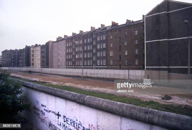 GER Berlin Aufnahme ca 1968 Strassenzene Mauerverlauf Bernauer Strasse