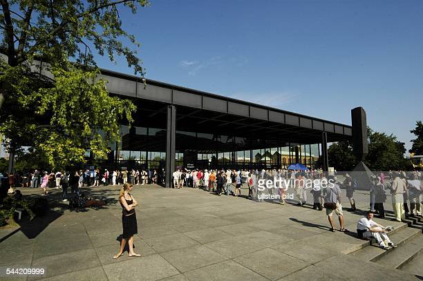 Ausstellung des Museum of Modern Art MOMA Warteschlange an der Neuen Nationalgalerie am Kulturforum Potsdamer Straße