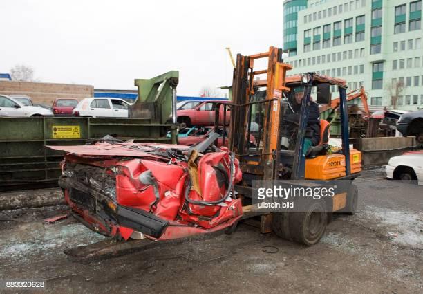 Autopresse Tempelhof Schrottpresse zusammengepresstes Auto auf dem Gabelstapler