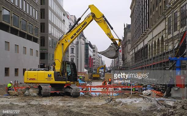 Berlin Baustelle in der Friedrichstrasse Die neue Betondecke ueber der Baugrube fuer den neuen Kreuzungsbahnhof ist bereits geschlossen