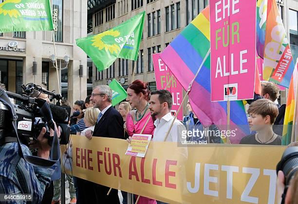 Berlin Bildaktion zur Ehe für alle vor dem Bundesrat