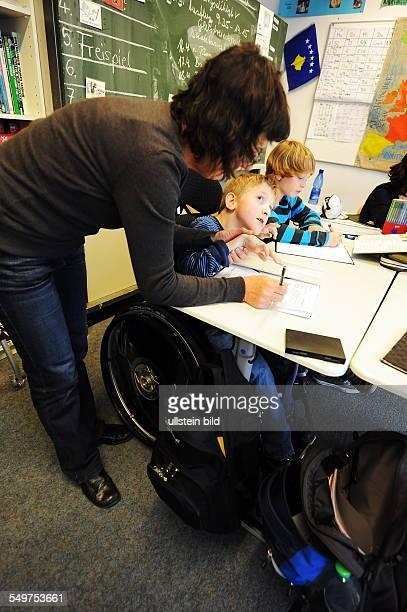 Berlin BiologieUnterricht in der 6 Klasse an der FlämingGrundschule in Friedenau an der nichtbehinderte und behinderte Kinder gemeinsam lernen Leoni...