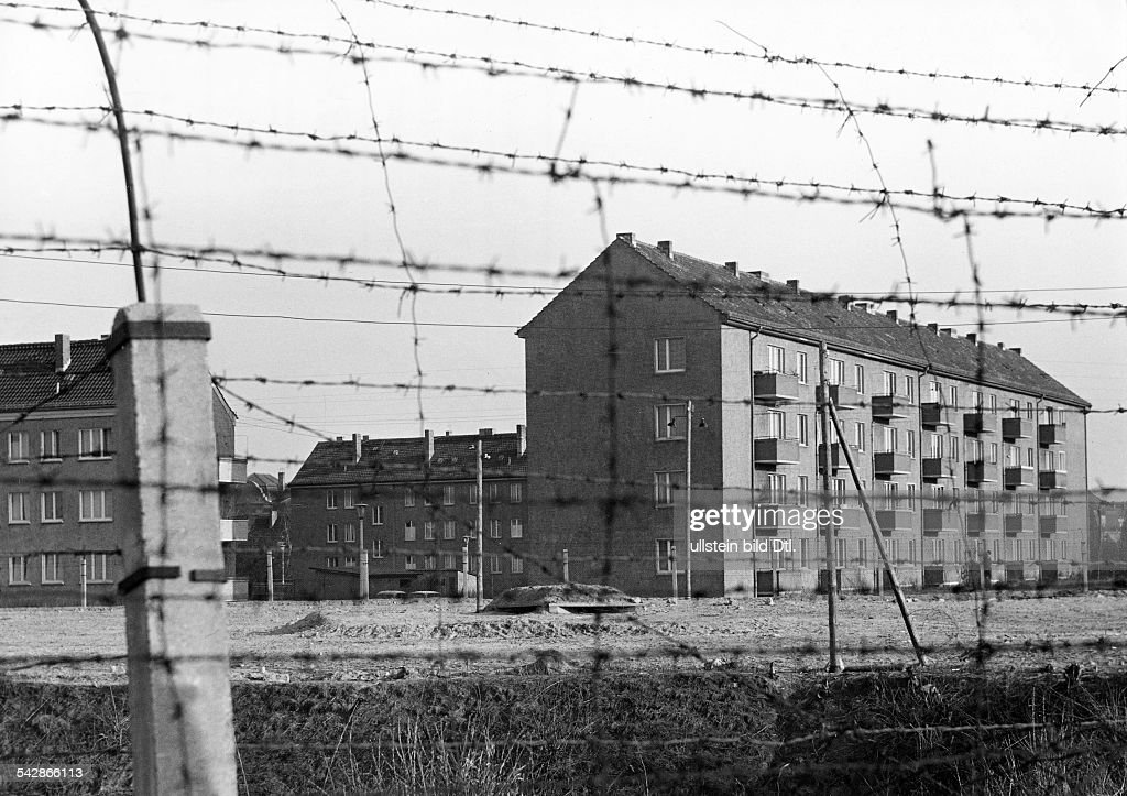 Grenze an der Bermann-Borsig-Siedling in Ost-Berlin Pictures ...