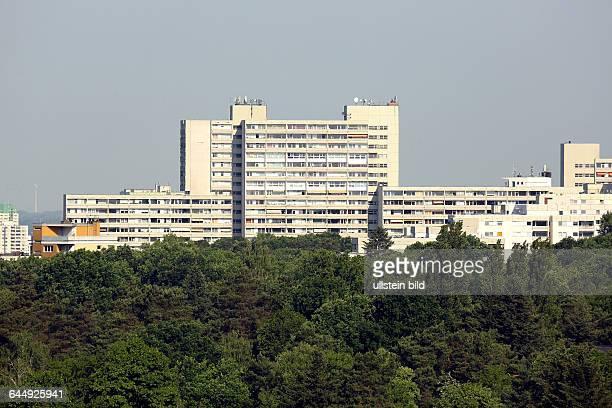 Berlin Blick vom Teufelsberg im Berliner Grunewald in Richtung HeerstraßeEine sogennate bevorzugte Wohngegend mit dem Corbusierhaus zwischem altem...