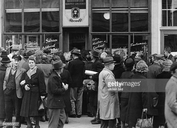 Berlin Blockade crowds in front of a food store - Photograph: Eschen, Fritz