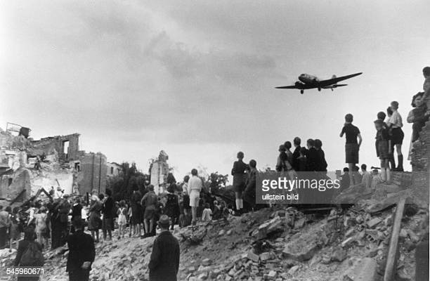 Berlin Blockade people watching the landing of an airlift airplane at Tempelhof airport