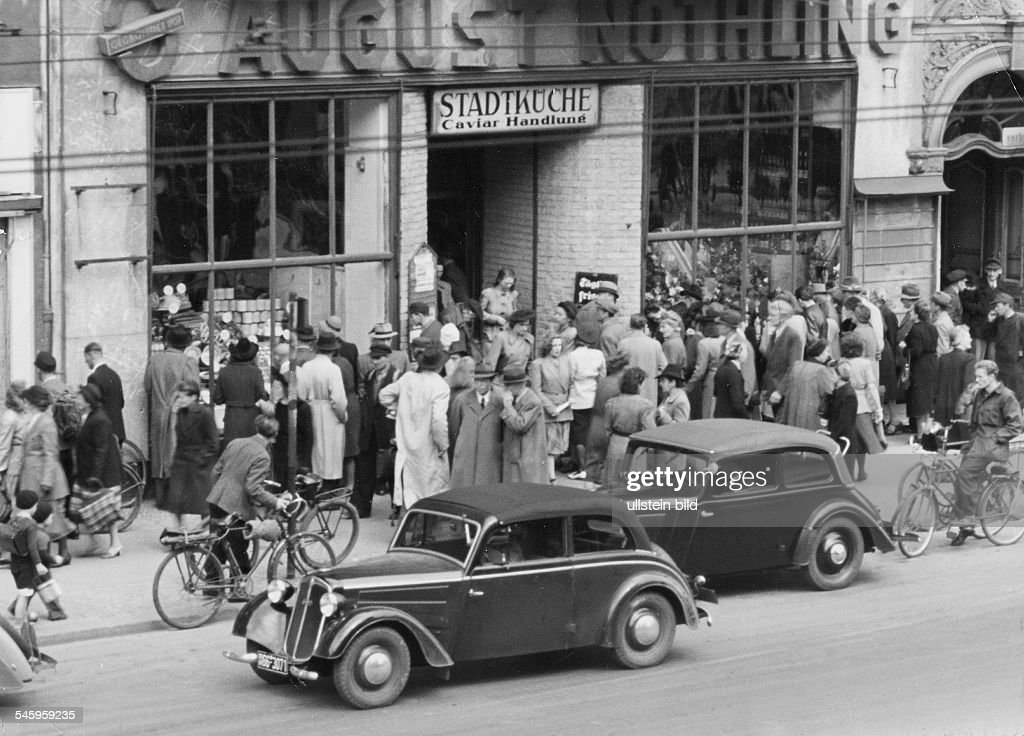 Berlin Blockade The first days after the blockade: masses of people in front of a grocery. : News Photo