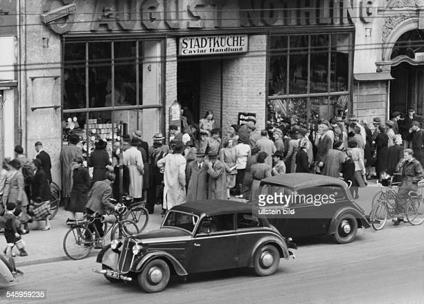 Berlin Blockade The first days after the blockade: masses of people in front of a grocery.