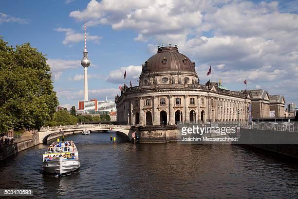 berlin, bode museum, river spree, ship - スプリー川 ストックフォトと画像