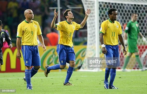 FIFA WM 2006 Gruppe F Brasilien Kroatien 10 Berlin Brasilens Kaka jubelt mit Ronaldo und Ze Roberto über seinen Treffer zum 10