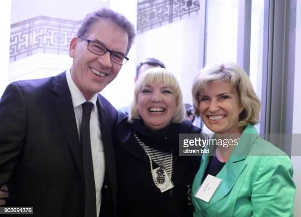 BMZ Berlin Bundesentwicklungshilfeminister Gerd Mueller empfaengt Dagmar Woehrl und Claudia Roth