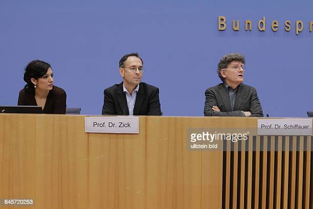 """Berlin, Bundespressekonferenz, Thema: Umgang und Reaktion des Rats für Migration auf """"Pegida"""" Foto: Dr. Naika Foroutan, Mitglied RfM; Stellv...."""