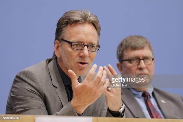 Berlin Bundespressekonferenz Thema Vorstellung der Zahlen kindlicher Gewaltopfer Auswertung der Polizeilichen Kriminalstatistik 2015 Foto Holger...
