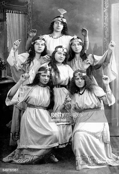 GER Berlin ca 1922 Frauen mit Engelskostuem