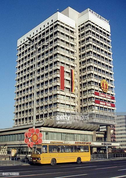 GER Berlin ca 1976 Stadtansicht Alexanderplatz Hochhaus Unser Staat unser Stoltz