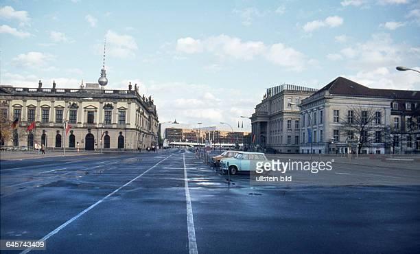 DDR Berlin ca 1989 Stadtansicht Unter den Linden li Zeughaus im Hintergrund mitte der Palast der Republik re das Kronprinzenpalais und das Opernpalais