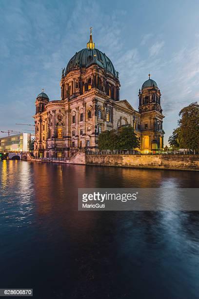 ベルリン大聖堂の夜景 - ベルリン大聖堂 ストックフォトと画像