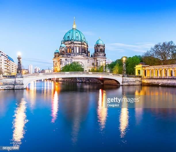cathédrale de berlin, le berliner dom au crépuscule, allemagne - dôme photos et images de collection