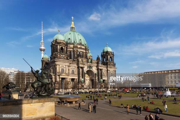 "berlin cathedral with fountain in the ""lustgarten""-park (berlin, germany) - monumente stock-fotos und bilder"