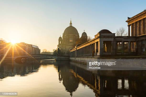 berlin cathedral with spree river at sunrise, berlin, germany - ベルリン大聖堂 ストックフォトと画像