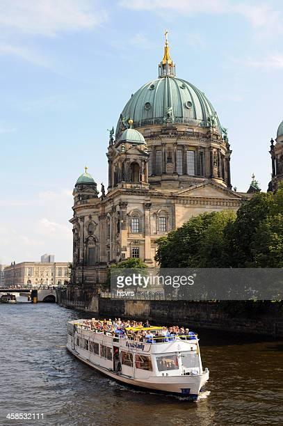 ベルリン大聖堂、観光船が通り過ぎる(ドイツ) - ベルリン大聖堂 ストックフォトと画像