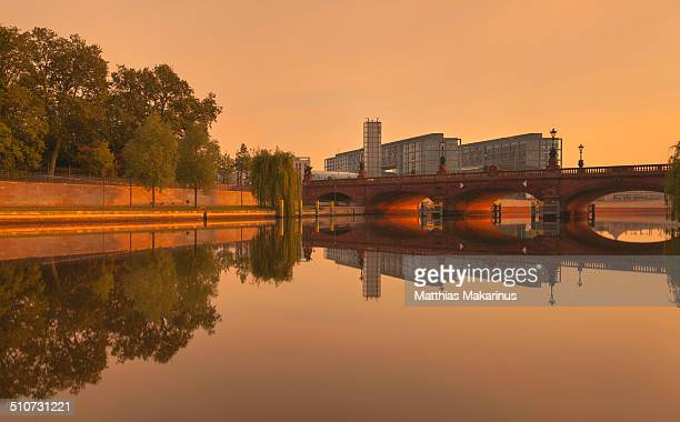 berlin central station with spree river reflection - makarinus stock photos and pictures