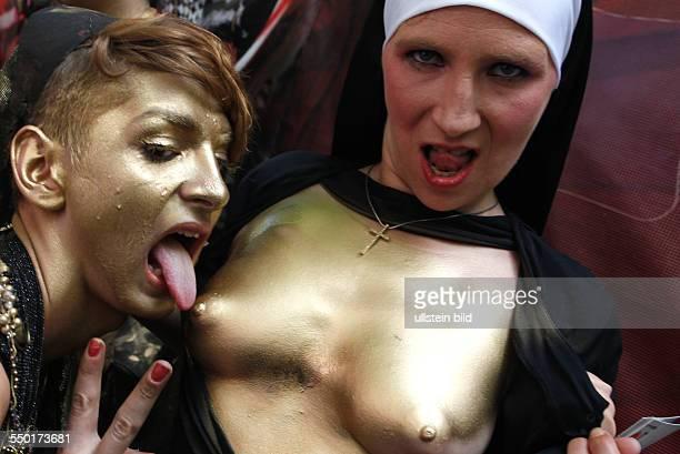 Christopher Street Day 2013, Zwei Frauen posieren auf der CSD-Parade