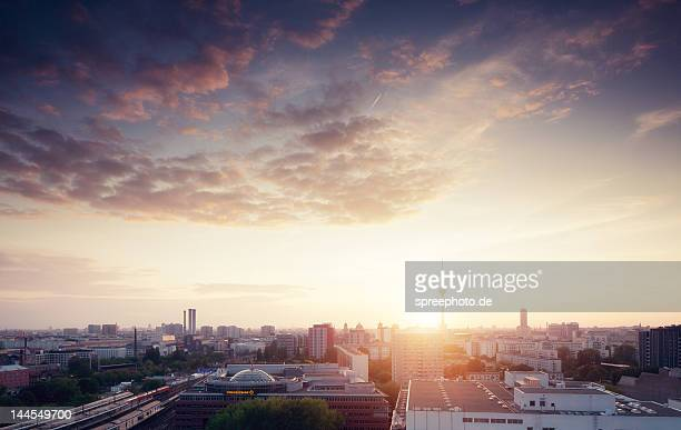 berlin city skyline - sonnenuntergang stock-fotos und bilder