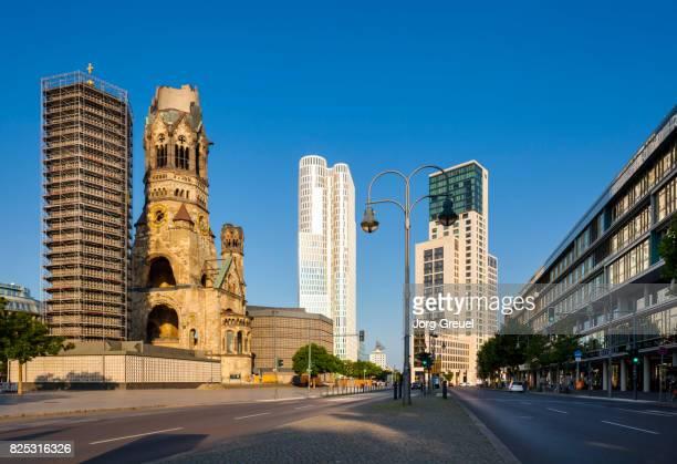 berlin city west at sunrise - memorial kaiser wilhelm - fotografias e filmes do acervo