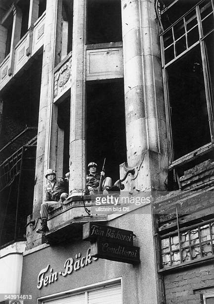 Berlin crisis in August 1961 USAmerican military police on the balcony of a house in Friedrichstraße in West Berlin next to the border Checkpoint...