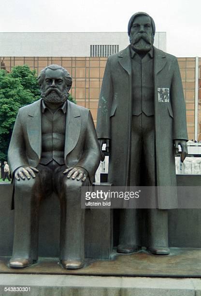 das MarxEngelsDenkmal eine überlebensgroße Plastik aus Bronze Karl Marx sitzend Friedrich Engels stehend Im Hintergrund der Palast der Republik...