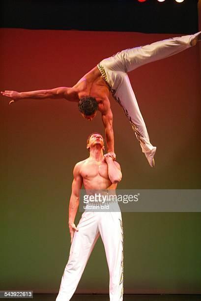 "Berlin: Das Neue Wintergarten Programm : "" Capricco"" mit dem portugisischen Akrobaten Adans Lopez Peres Duo Peres Brothers"