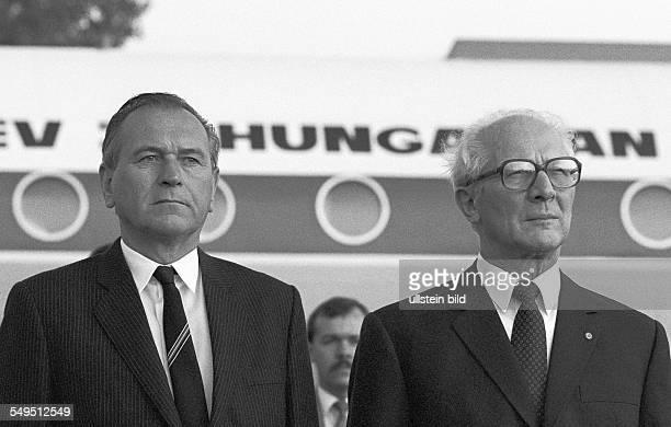 Berlin DDR 08 09 1988 Foto Karoly Grosz Erich Honecker bei Nationalhymnen auf dem Flughafen Schönefeld Der Generalsekretär der kommunistischen Partei...