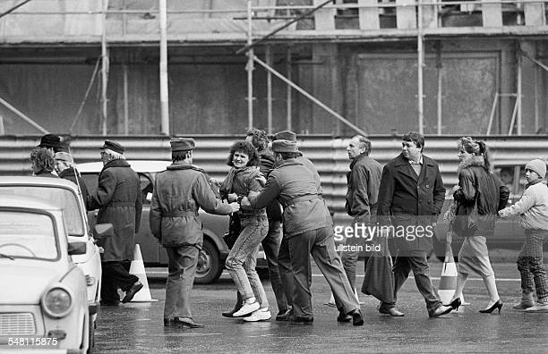 Berlin DDR Den Abschluss des Besuchs des Regierenden Buergermeisters in Ostberlin nutzten ausreisewillige Buerger um vor der Staendigen Vertretung...