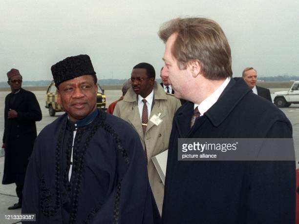 Der Präsident der westafrikanischen Republik Nigeria, General Ibrahim Babangida, wird bei seiner Ankunft auf dem Flughafen Tegel vom Berliner...