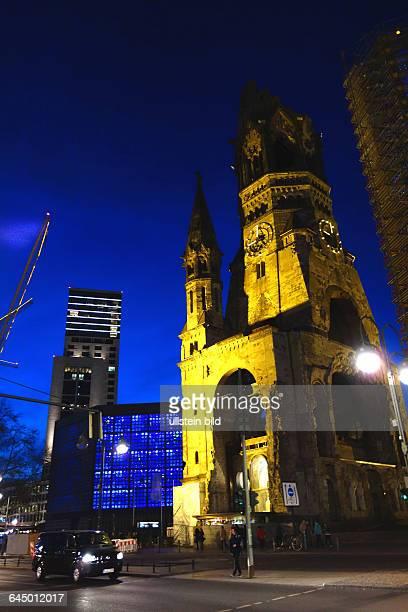 Berlin Die KaiserWilhelmGedächtniskirche in der Abenddämmerung im Berliner Ortsteil Charlottenburg auf dem Breitscheitplatz Der nicht zerstörte alte...