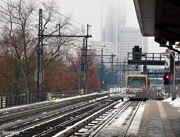 berlin elevated railway ( s-bahn ) system in winter, with snow - berlin zoo stock pictures, royalty-free photos & images