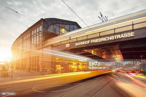 berlin friedrichstrasse railroad station - ベルリン ミッテ区 ストックフォトと画像