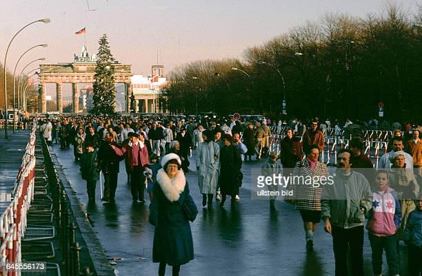 Berlin Ganz Berlin im Weihnachts Freudentaumel es ist der 23 Dezember Tags Zuvor wurde am Brandenburger Tor ein Personen Grenzübergang für die...