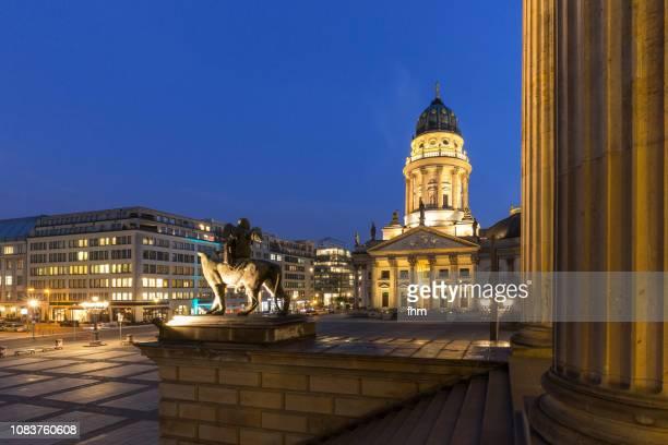 berlin gendarmenmarkt at blue hour (berlin, germany) - konzerthaus berlin - fotografias e filmes do acervo