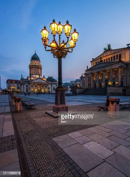 berlin gendarmenmarkt at twilight (berlin, germany) - konzerthaus berlin stock pictures, royalty-free photos & images