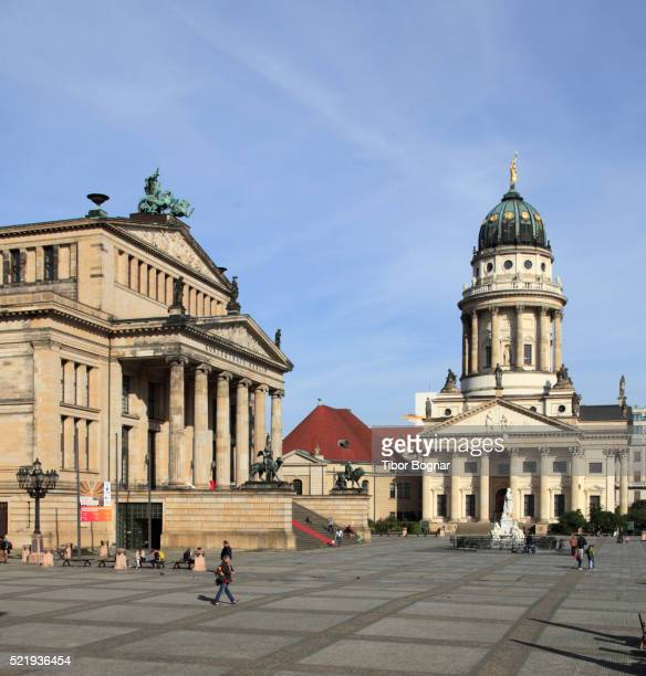 berlin, gendarmenmarkt, concert hall, french cathedral - konzerthaus berlin stock pictures, royalty-free photos & images