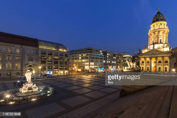 berlin gendarmenmarkt square at blue hour (berlin, germany) - konzerthaus berlin stock pictures, royalty-free photos & images