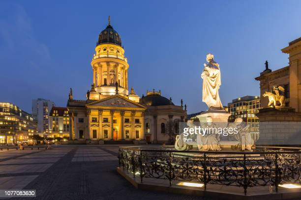 "berlin gendarmenmarkt with ""deutscher dom"" at blue hour (berlin, germany) - gendarmenmarkt - fotografias e filmes do acervo"