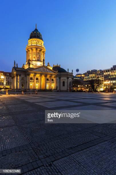"berlin gendarmenmarkt with ""deutscher dom"" at blue hour (berlin, germany) - deutscher dom stock pictures, royalty-free photos & images"