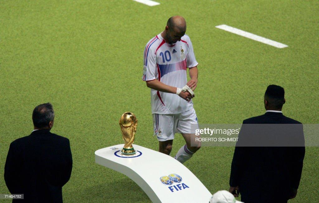 French midfielder Zinedine Zidane (C) wa : News Photo