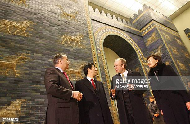 Japanese Prime Minister Shinzo Abe and his wife Akie liste to explanations about the looks at the Ishtar Gate the director of the museum Andreas...