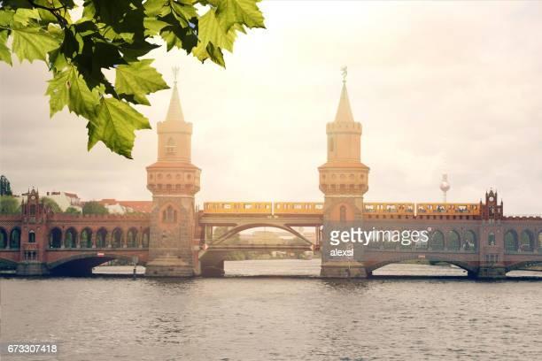 ベルリンドイツ オーバーバウムブルック橋の夕日 - オベルバウムブリュッケ ストックフォトと画像